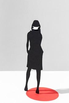 コロナウイルス保護のための医療用マスクを持つ女性の正面図