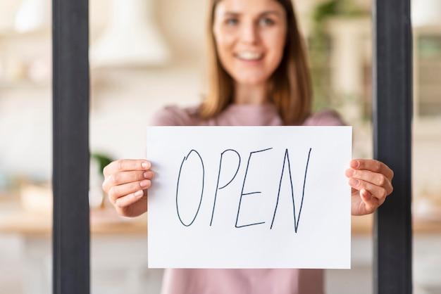 オープンサインの女性の正面図