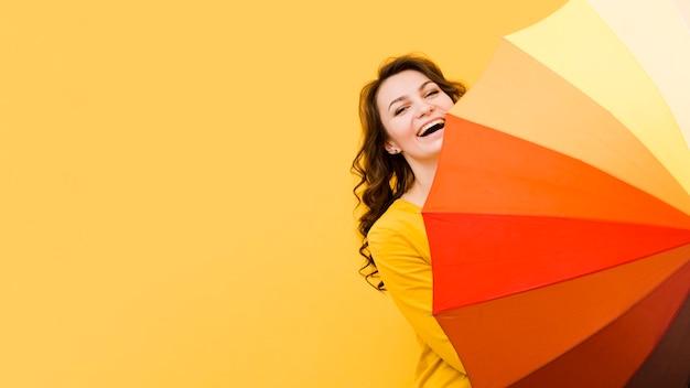 Вид спереди женщины с зонтиком радуги