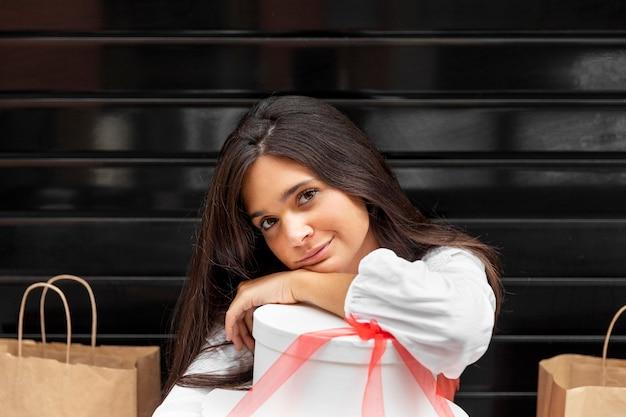 ショッピングバッグのコンセプトを持つ女性の正面図