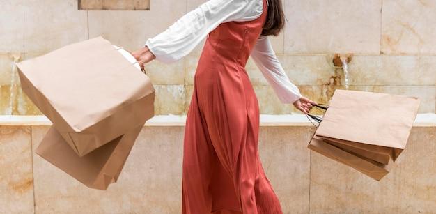 Вид спереди женщины с хозяйственными сумками