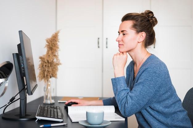 デスクで働く女性の正面図