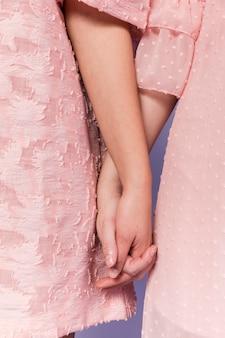 화합의 표시로 서로의 손을 잡고 여자의 전면보기