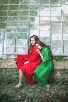 Вид спереди женщин в зеленом доме