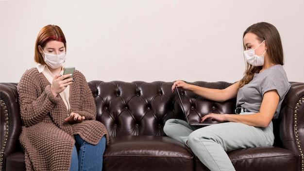 ソファに座っている女性の正面図