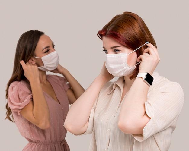 フェイスマスクを持つ女性の正面図