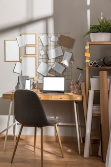 Вид спереди поверхности рабочего стола с рамками и полкой