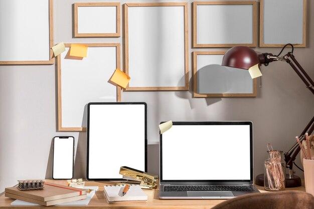 ランプとラップトップを備えた職場の机の表面の正面図