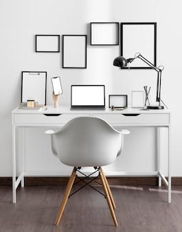 의자와 램프가있는 직장 책상의 전면보기