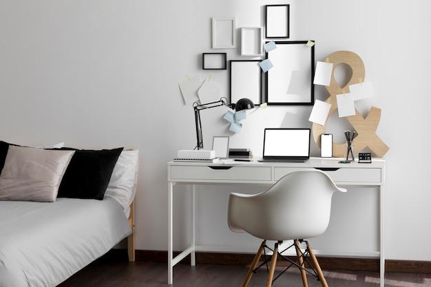 침대와 프레임이있는 작업 공간 책상의 전면보기