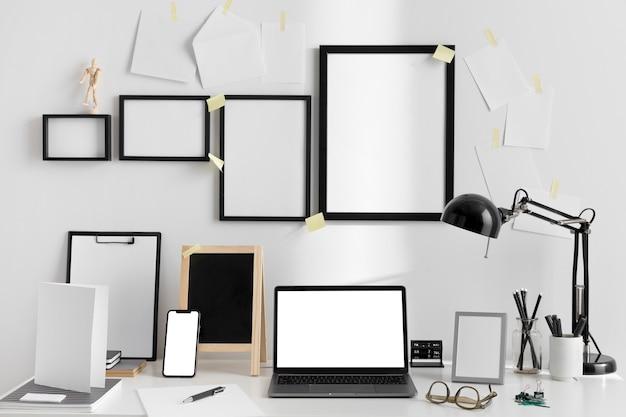 램프와 노트북이있는 작업 공간 책상의 전면보기