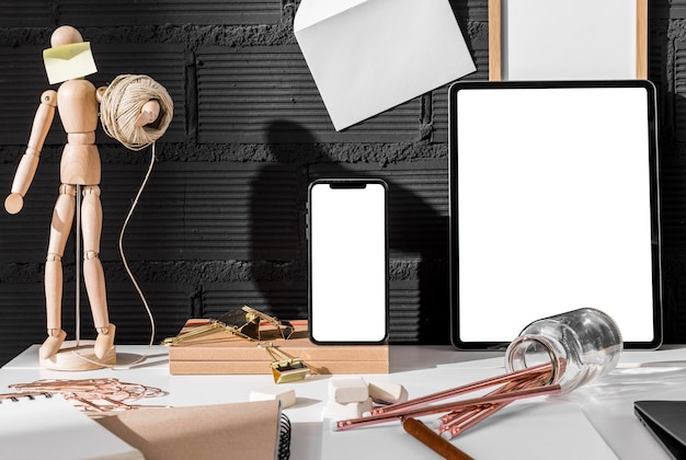 Вид спереди на рабочее пространство со смартфоном и планшетом