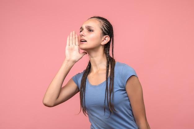 핑크에 젊은 여성 전화의 전면보기