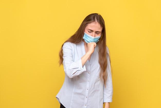 若い女性の咳の正面図