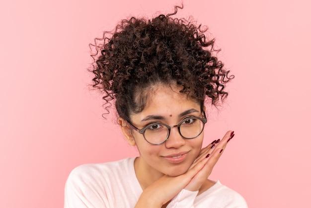 Вид спереди молодой женщины в восторге от розового