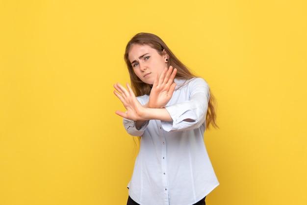 Вид спереди молодой женщины недоволен