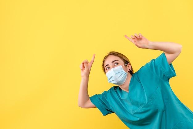 興奮している若い女性医師の正面図
