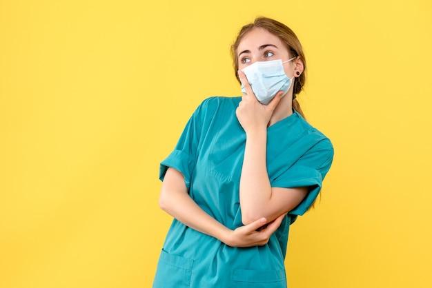 思考の若い女性医師の正面図