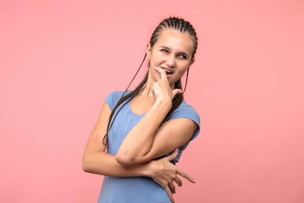 핑크에 흥분된 젊은 여성의 전면보기