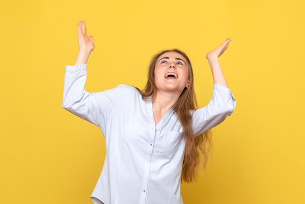 Вид спереди возбужденной молодой женщины