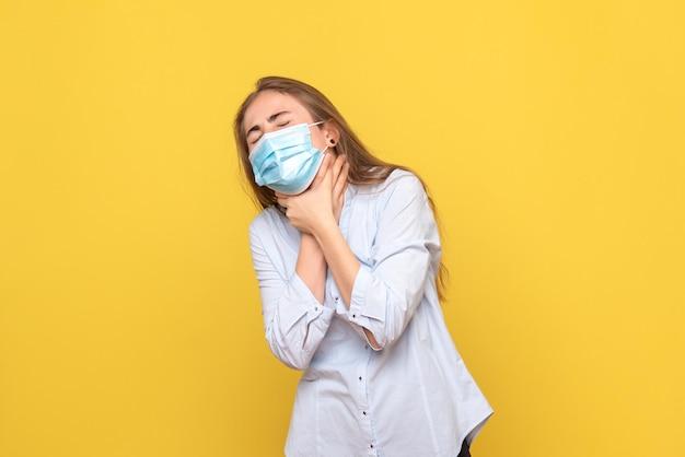 Вид спереди молодой женщины, имеющей проблемы с дыханием