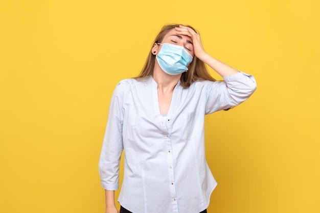 頭痛を持っている若い女性の正面図