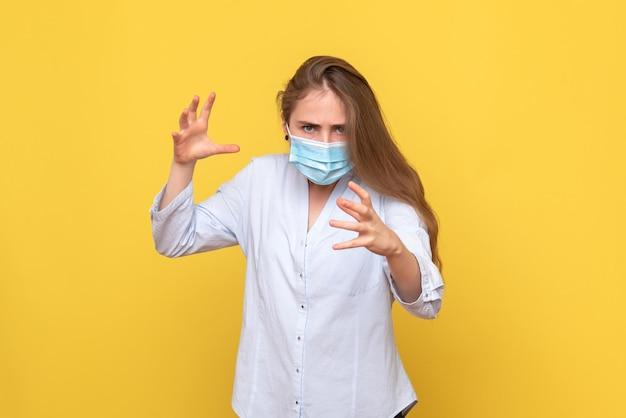 Вид спереди молодой женщины в маске