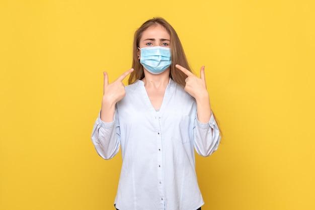 マスクの若い女性の正面図