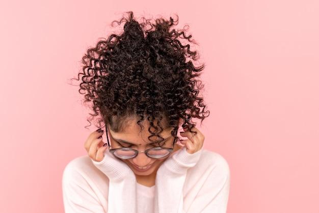 Вид спереди молодой женщины на розовом