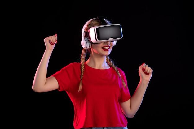 暗い表面の超音波でヘッドフォンでvrを再生する若い女性の正面図