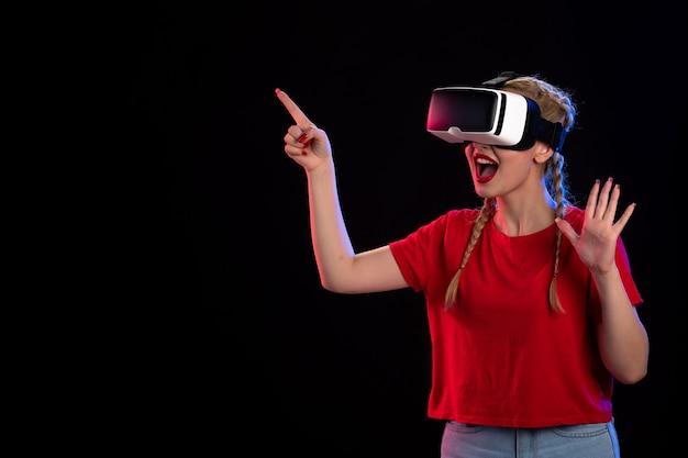 어두운 책상 게임 기술 d 초음파 영상에 vr을 재생하는 젊은 여성의 전면보기
