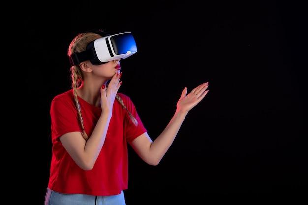 다크 판타지 게임 초음파에서 vr을 재생하는 젊은 여성의 전면보기