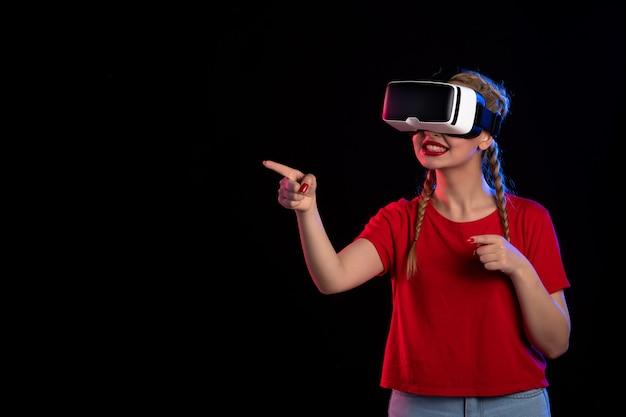 어두운 게임 영상 초음파 판타지에 vr을 재생하는 젊은 여성의 전면보기
