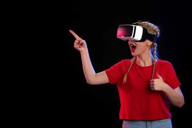어두운 게임 기술 초음파 영상에 vr을 재생하는 젊은 여성의 전면보기