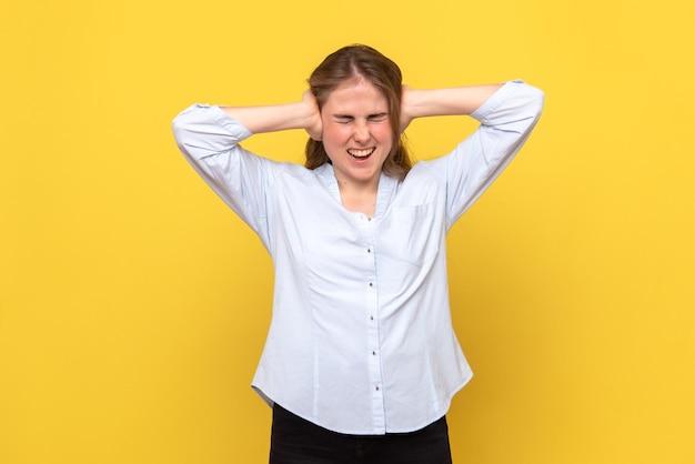 Вид спереди молодой женщины, кричащей от боли