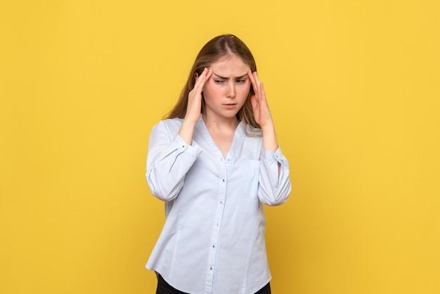 頭痛のある若い女性の正面図