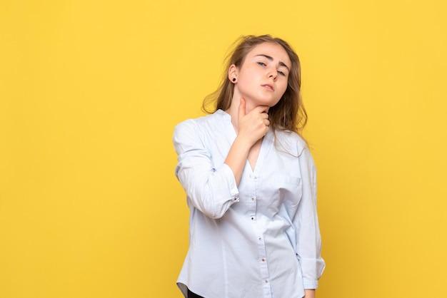목의 통증을 가진 젊은 여성의 전면보기