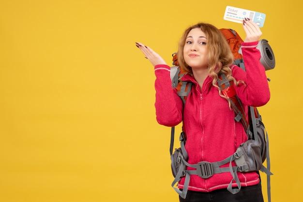 티켓을 들고 의료 마스크에 젊은 행복 만족 여행 소녀의 전면보기
