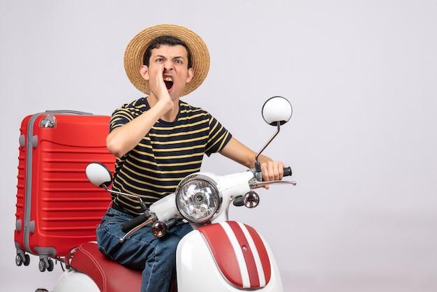 原付の叫びに麦わら帽子をかぶった若い男の正面図