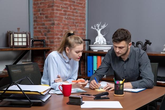 사무실 환경의 한 문제에 초점을 맞춘 젊고 의욕적이고 열심히 일하는 사무실 팀의 전면