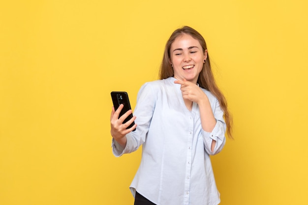 電話を持っている若い女性の正面図