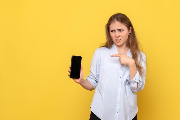 スマートフォンを持っている若い女性の正面図