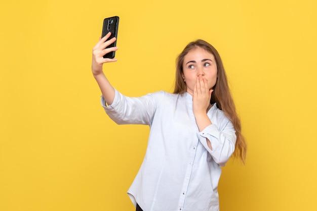 自分撮りをしている若い女性の正面図