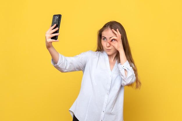 Selfie를 복용하는 젊은 여자의 전면보기