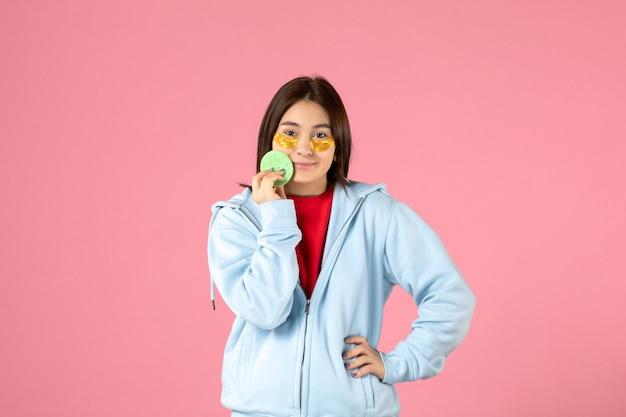 ピンクの壁に眼帯を持つ若い女性の正面図