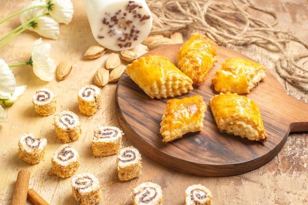 木製の表面にナッツが付いたおいしいナッツペストリーの正面図