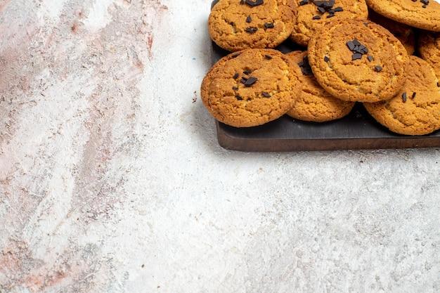 흰색 표면에 차 한잔 맛있는 모래 쿠키 완벽한 과자의 전면보기