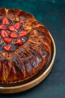 잼과 신선한 딸기와 함께 맛있는 딸기 파이의 전면보기