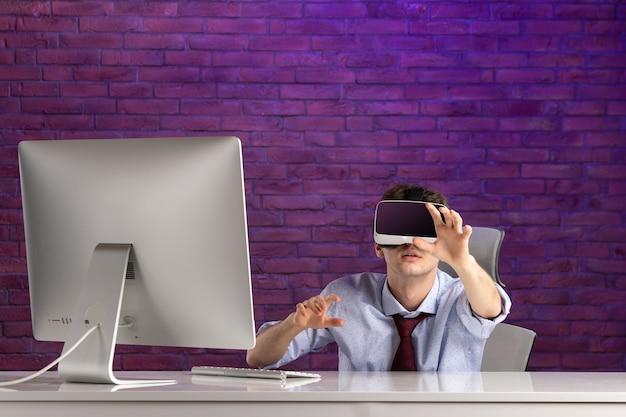 バーチャルリアリティを再生するオフィスデスクの後ろの正面のサラリーマン