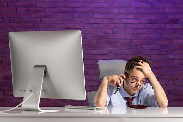 Офисный работник вид спереди за офисным столом разговаривает